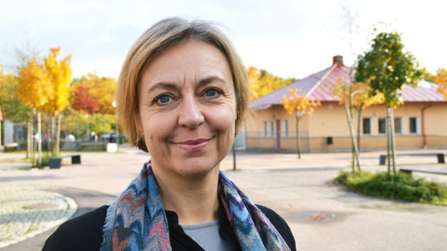 Ingela Svahn på skolans gård.