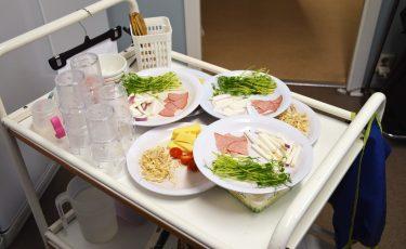 Vagn med tallrikar med mat på.