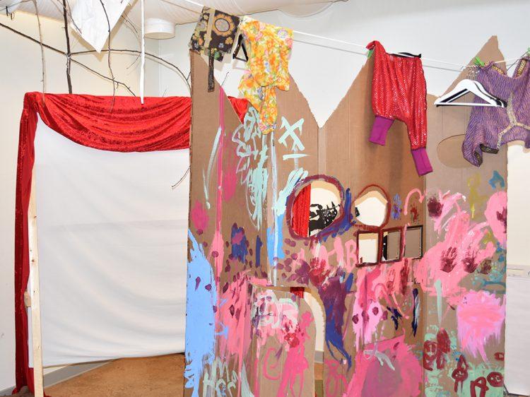Rekvisita målad av barn uppsatt i rum.
