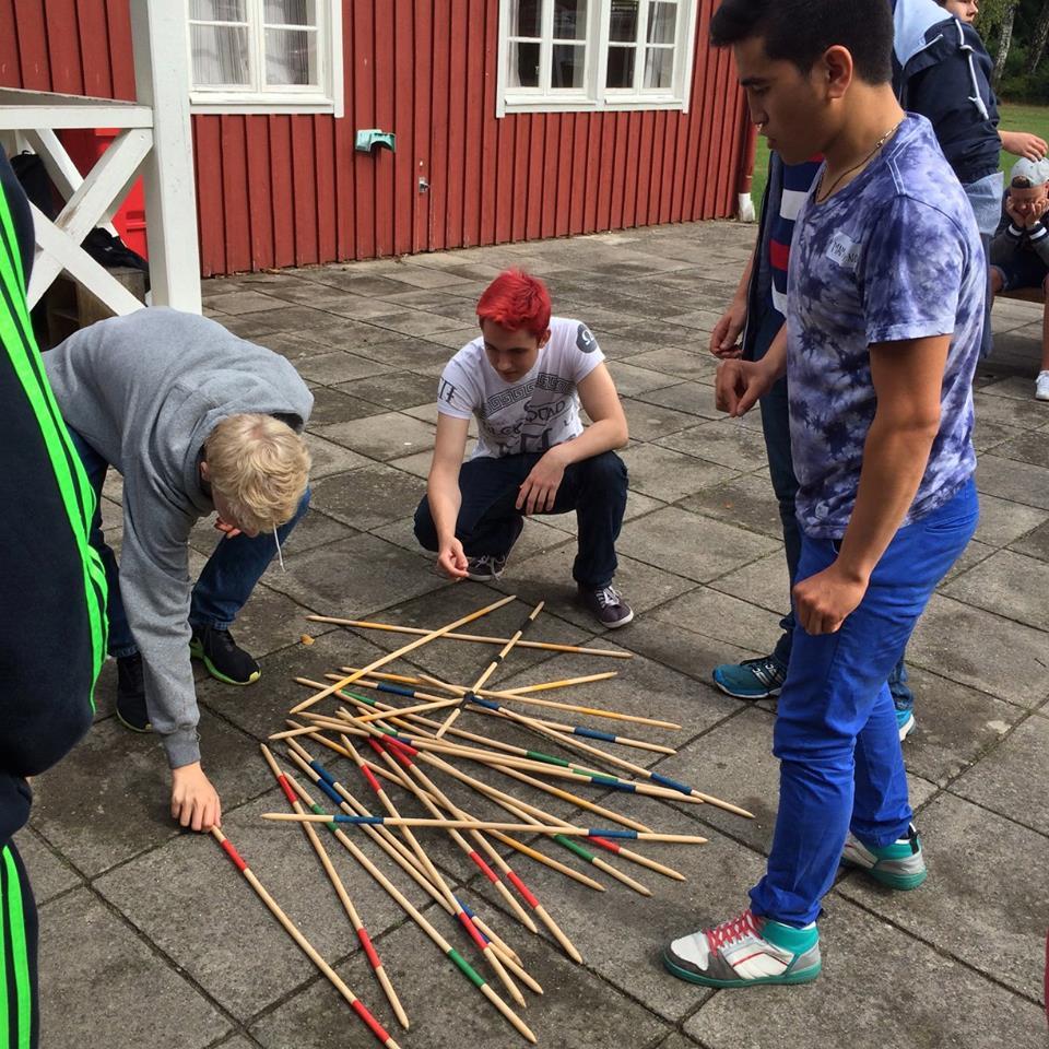 Elever spelar gigantiskt plockepinn.