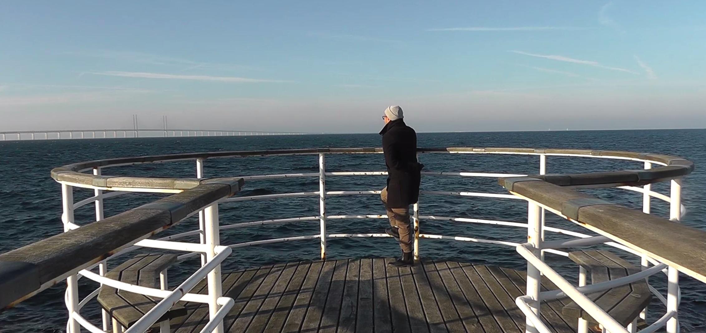 Tobias står på brygga.
