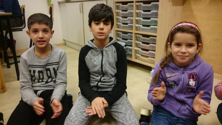 Barn klappar händerna.