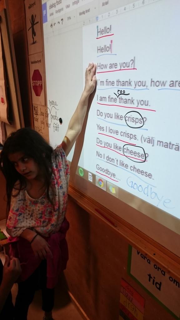 Elev visar på tavla där inringade begrepp står.
