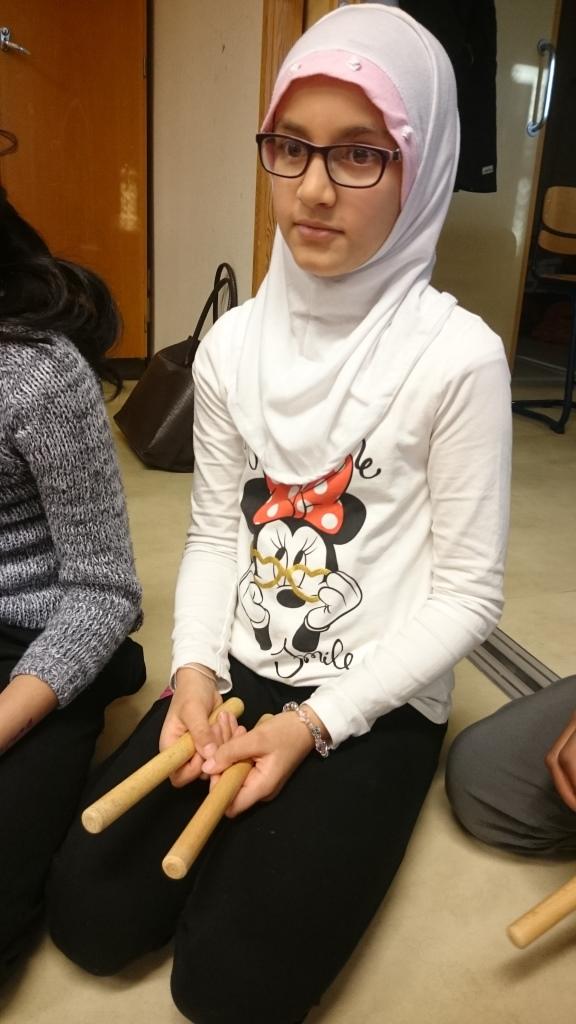 Elev spelar på träpinnar.