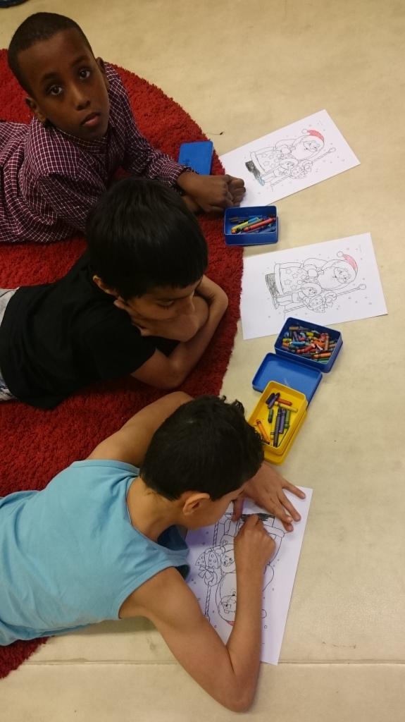Elever färglägger teckning.