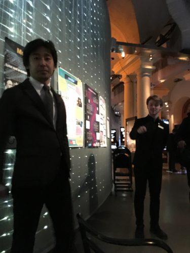 TV-reporter från Japan står vid vägg.