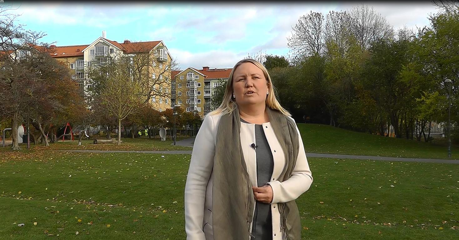 Kristina står i park.