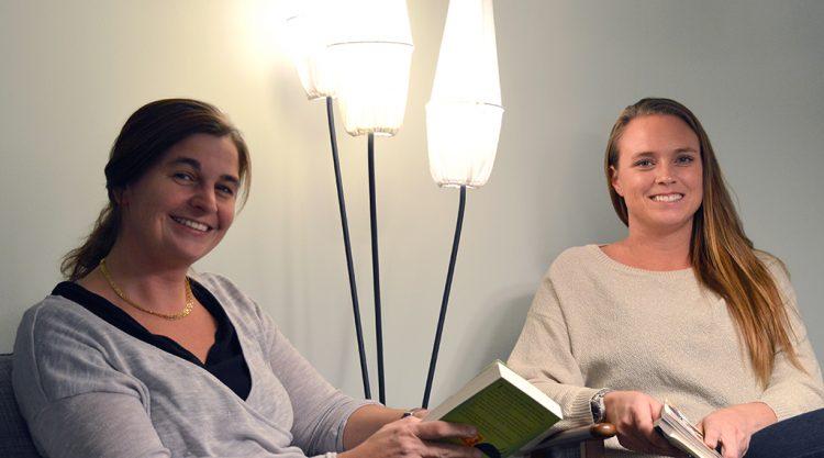 Maria och Susanna sitter med varsin bok i handen.