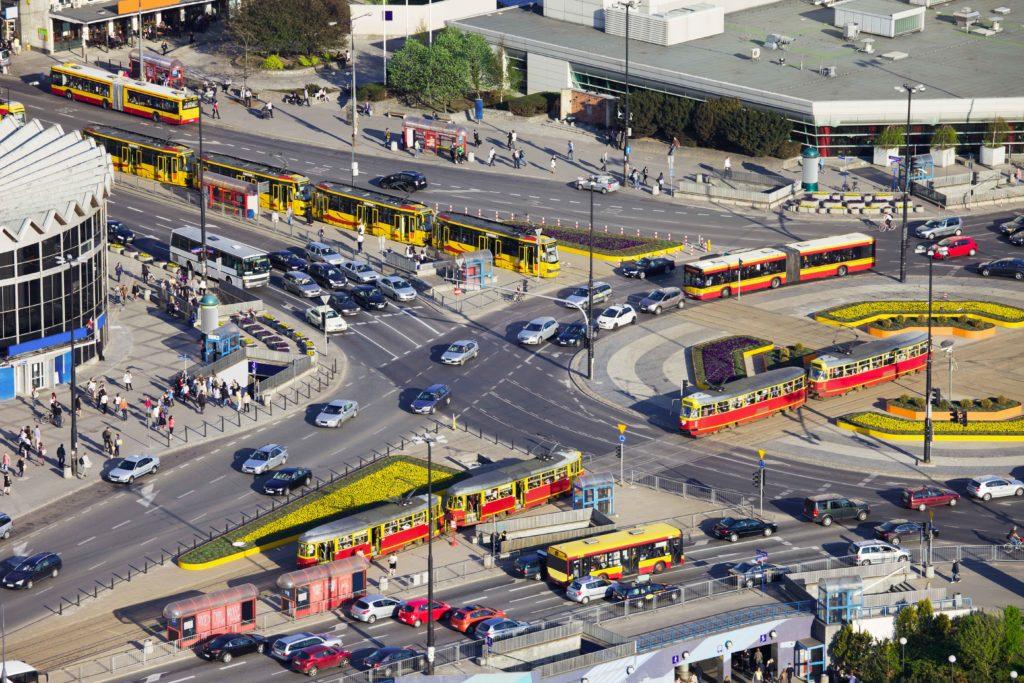 Stor rondell med mycket trafik.