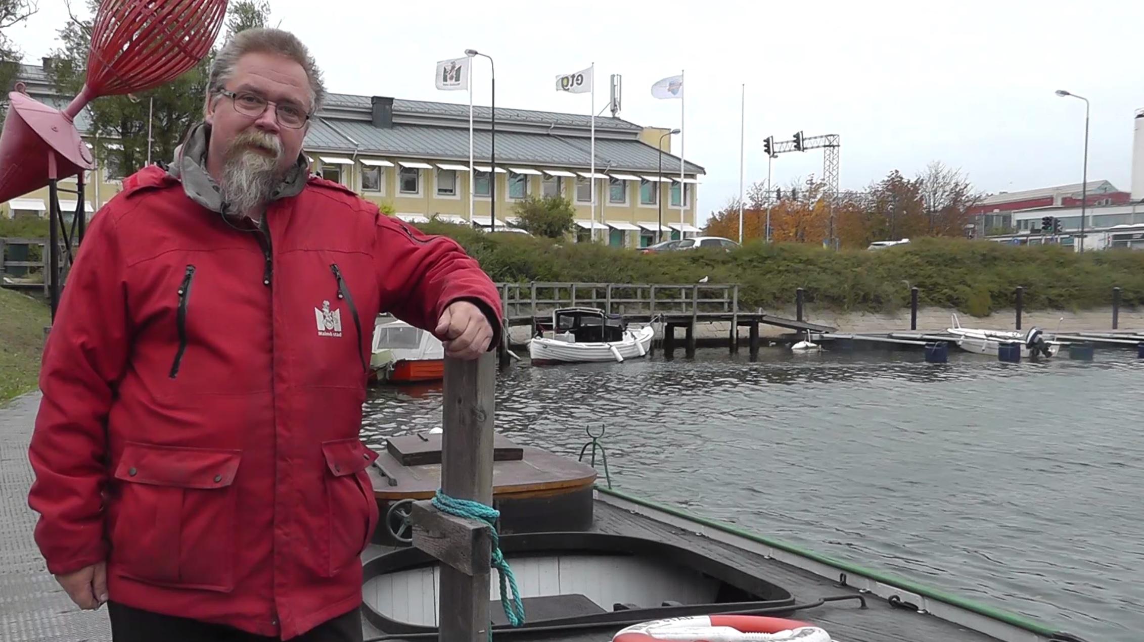 Thomas står vid båten.