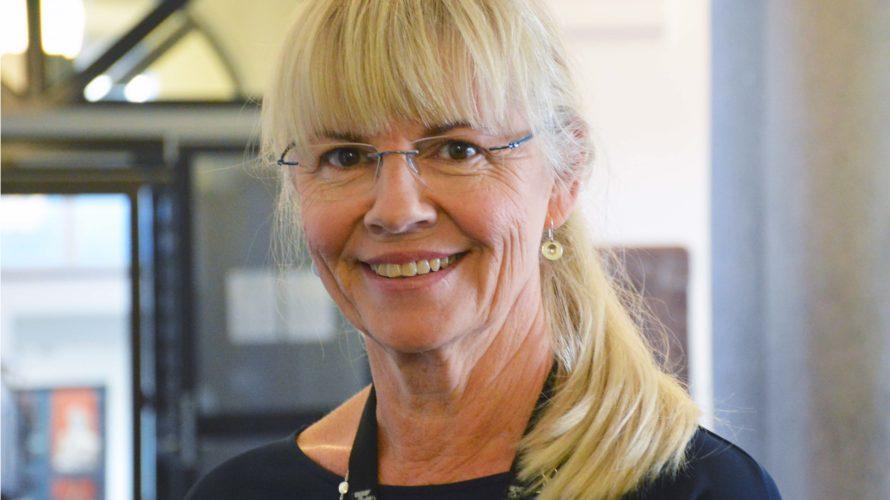 Birgitta Moberg i korridoren på Malmö latinskola.