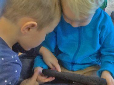 Barn jobbar med ipad.