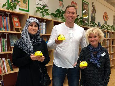 Tre pedagoger håller upp varsin beebot.