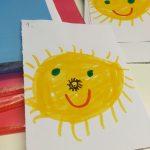 Tecknade solar på papper.