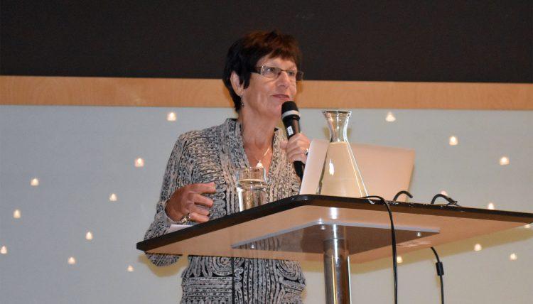 Pauline Gibbons föreläser.