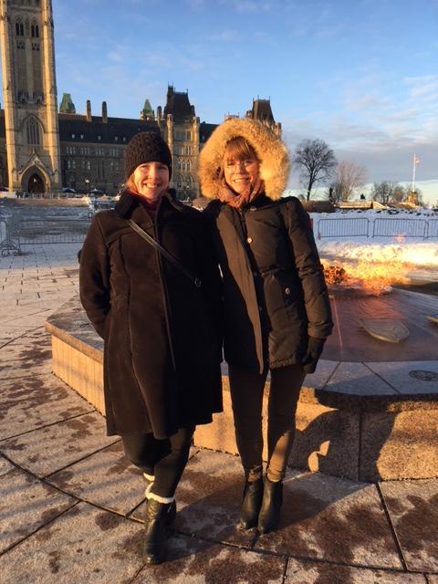 Mia och Kristina framför parlamentet i Ottawa