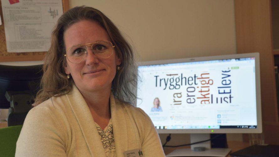 Jenny Nyberg framför sin dator.
