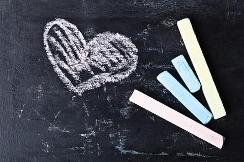 Kritor och ritat hjärta.
