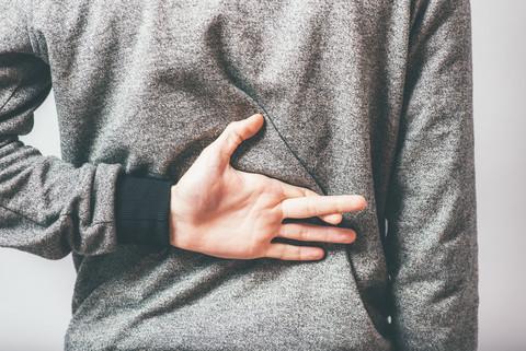 Man håller fingrarna i kors bakom ryggen.