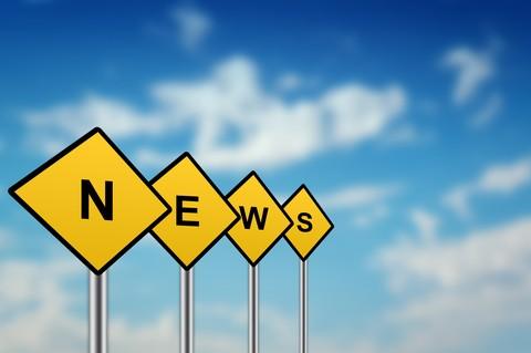 Ordet news bildas av bokstäver på trafikskyltar.