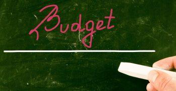 Ordet budget står understruket på grön tavla.