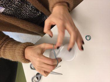 Kvinna pysslar med plastglas.