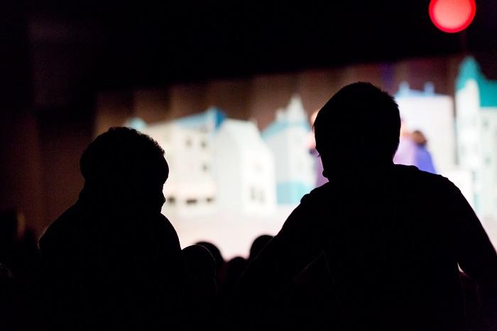 Siluetter av två barn på teater.