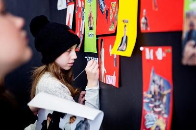 Barn skriver på vägg.