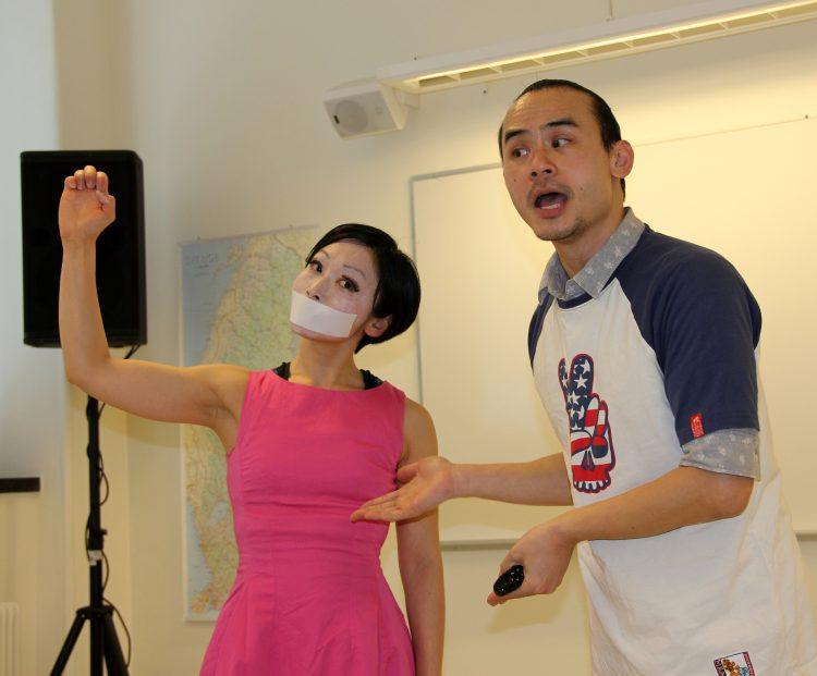 Kvinna har tejpbit för munnen och mannen ser förvånad ut.