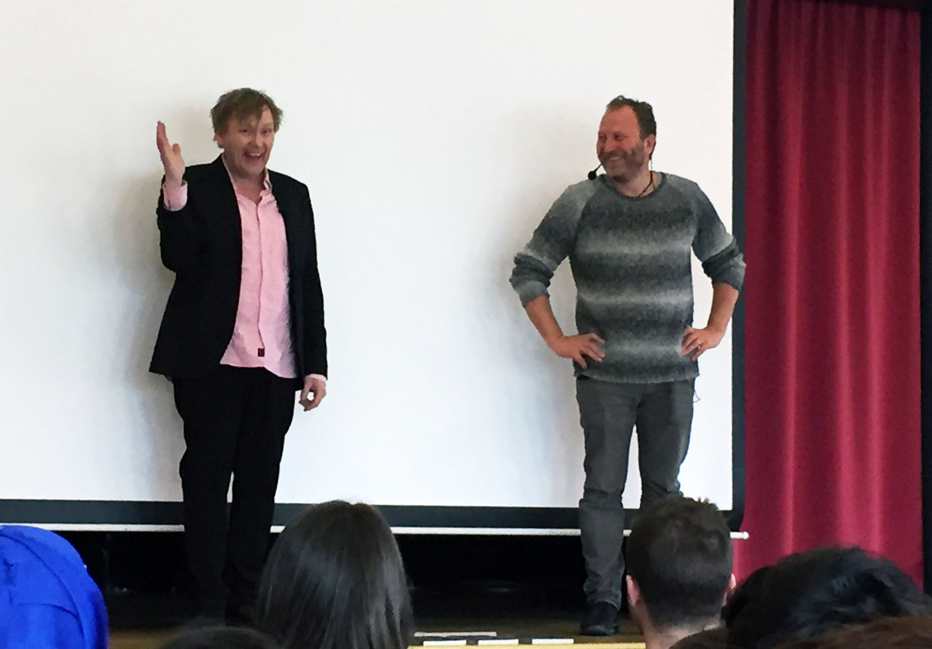Anders och Sören står på scen och vinkar.