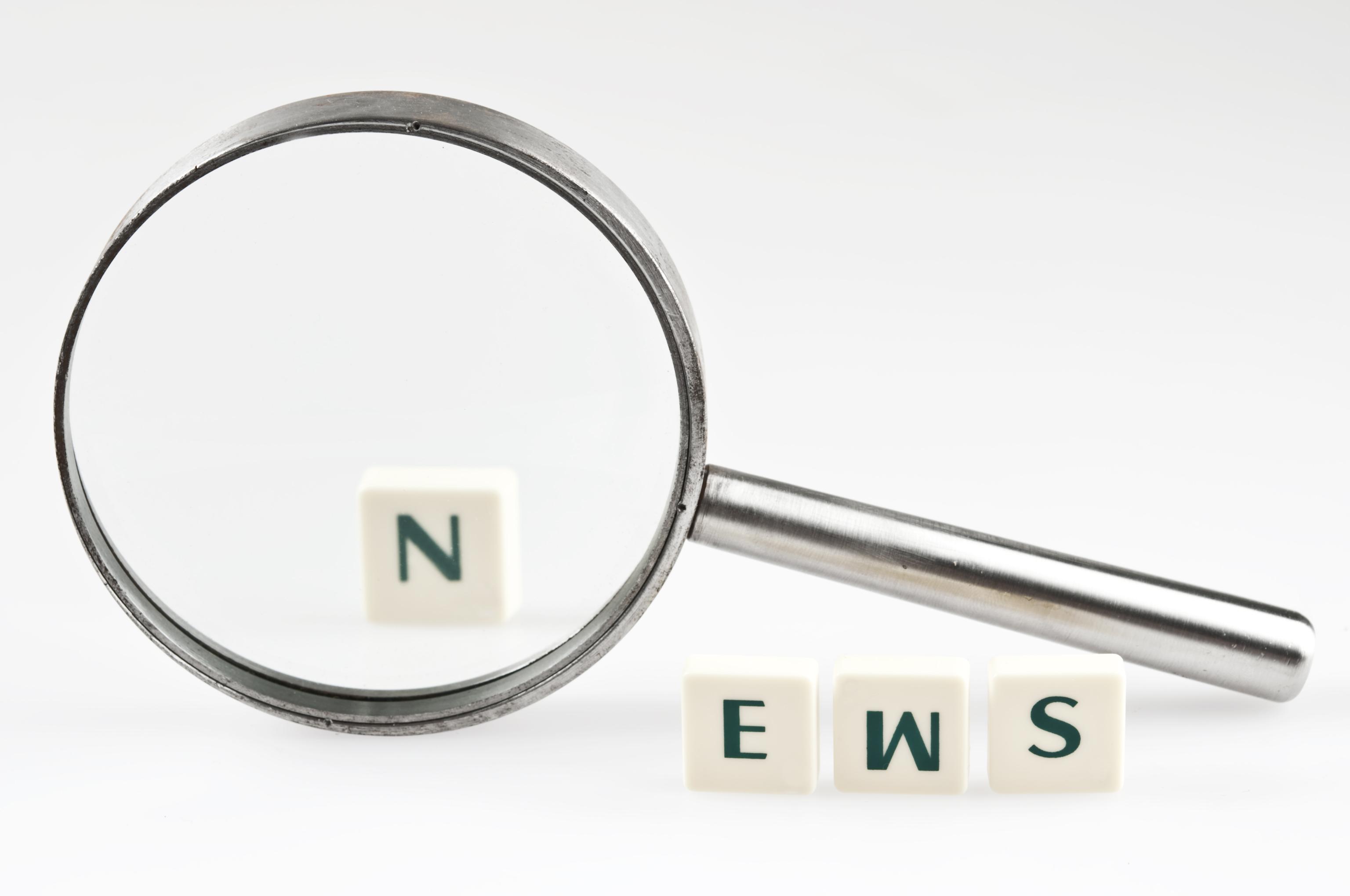 Ordet news bildas av tärningar