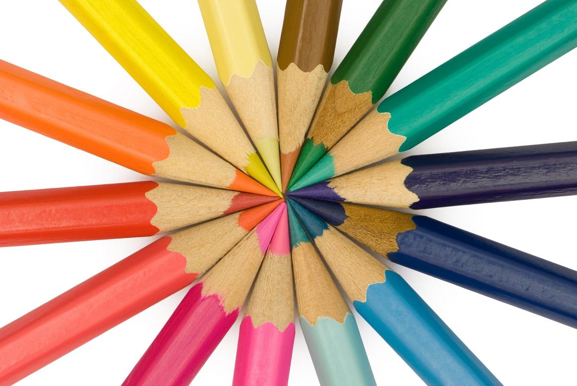 Vässade färgpennor ligger i cirkel och bildar regnbåge.