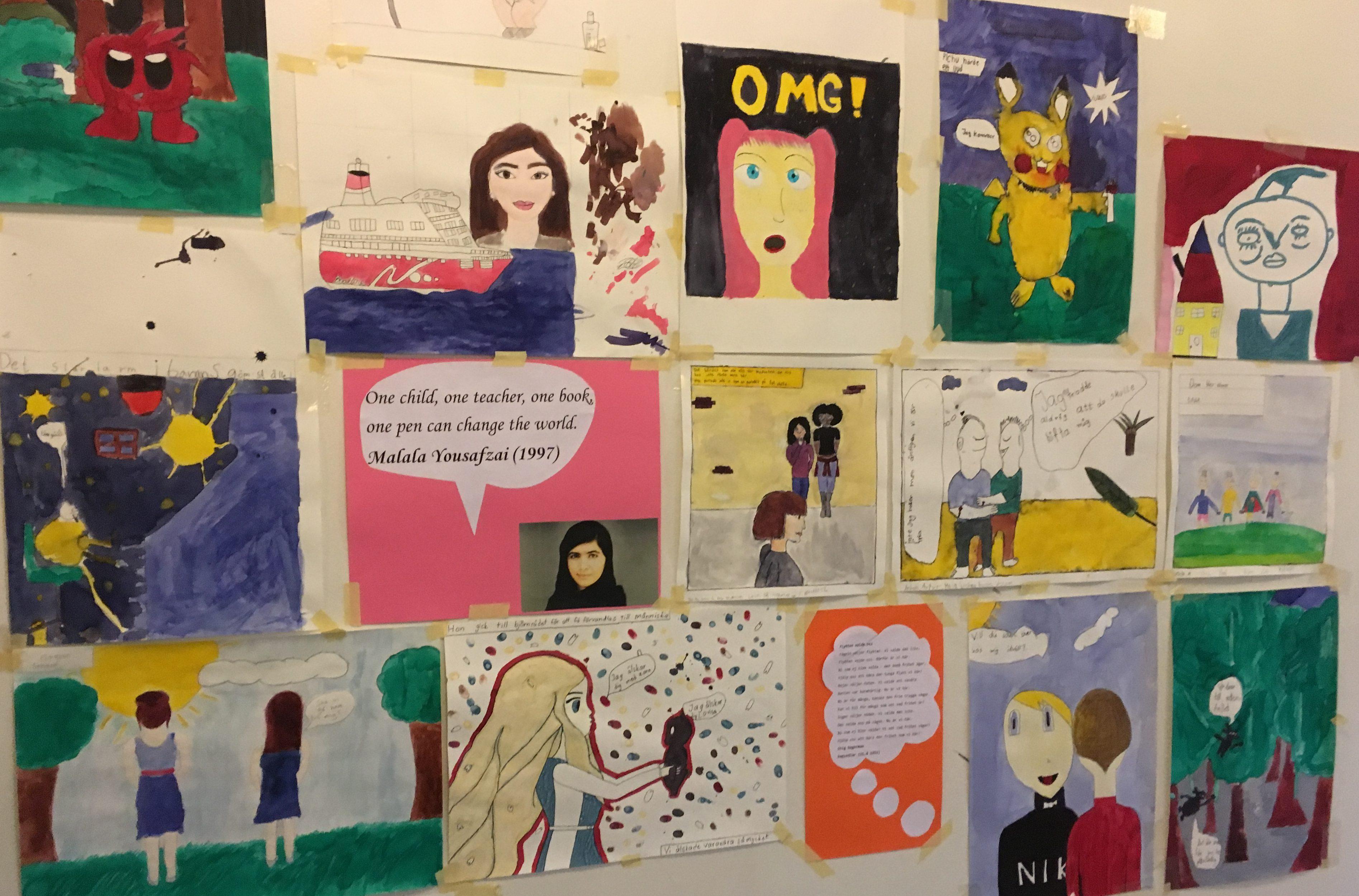 Teckningar uppsatta på vägg.