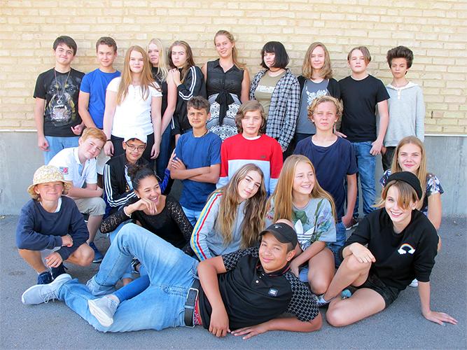 Elever uppradade utanför skolbyggnad.