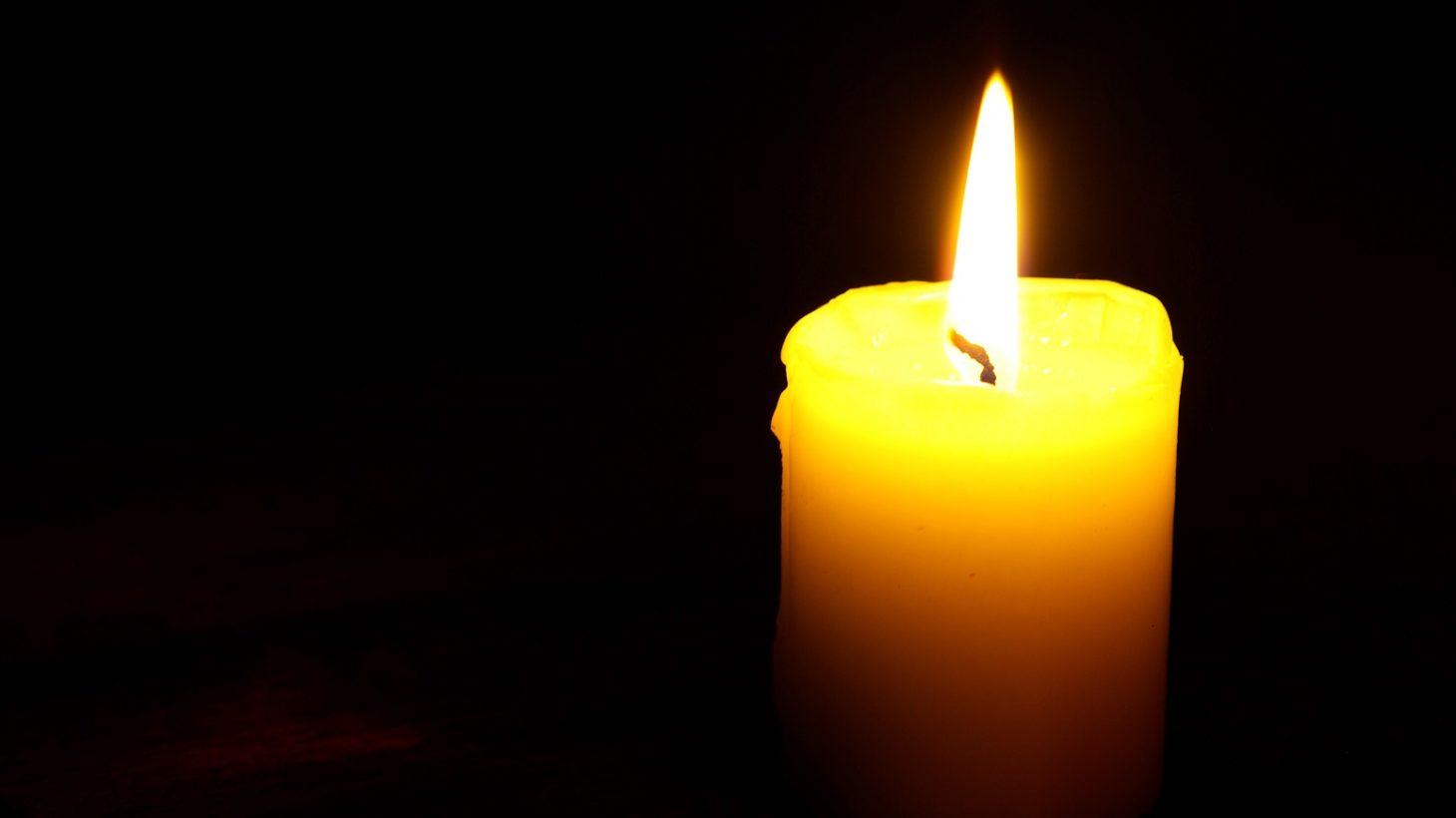 Ljus som brinner med svart bakgrund.