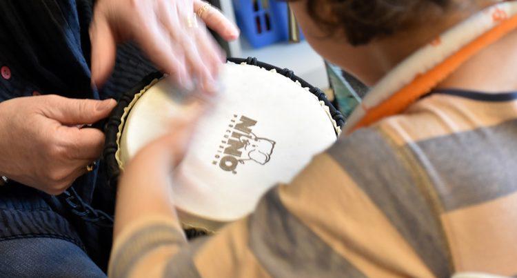 Händer spelar på trumma.