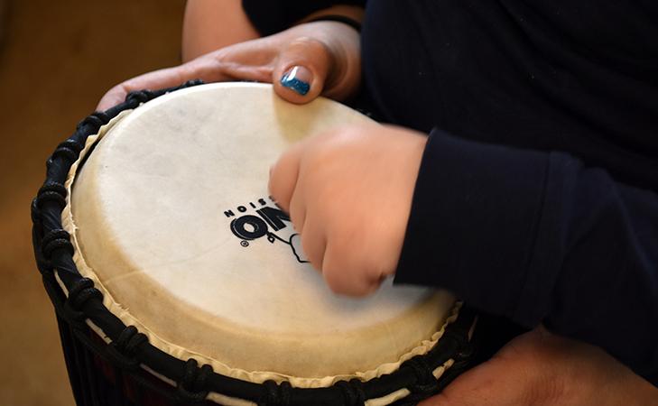 Händer trummar på trumma.