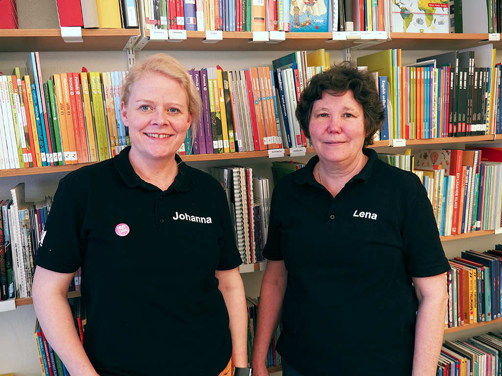 Johanna och Lena står i bibliotek.