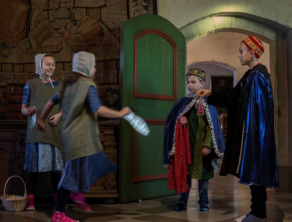 Fyra barn spelar teater.
