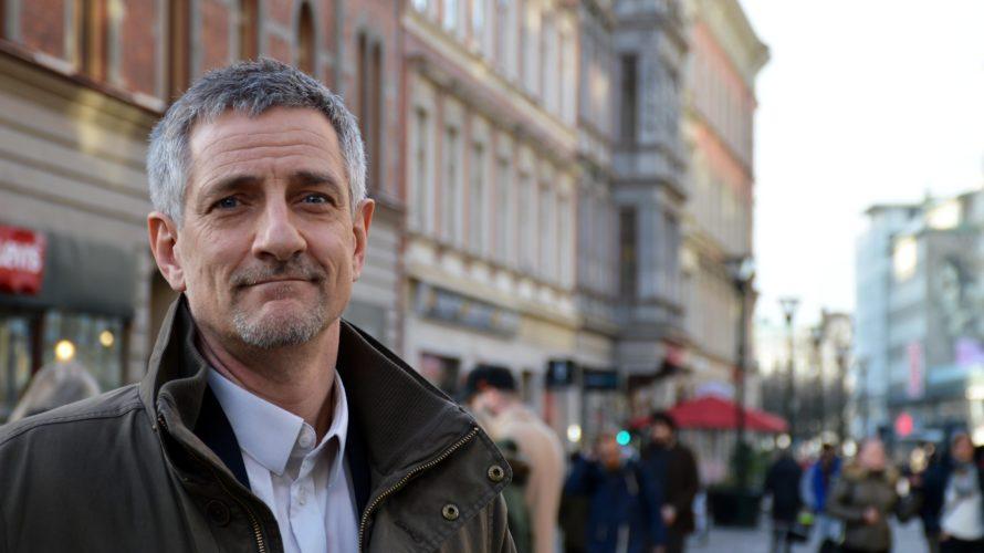 Johan Ahlström står på gågatan i Malmö.