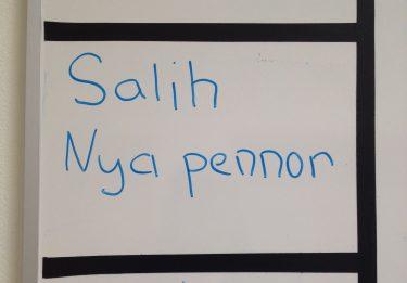 Nya pennor står tillsammans med namn på tavla.