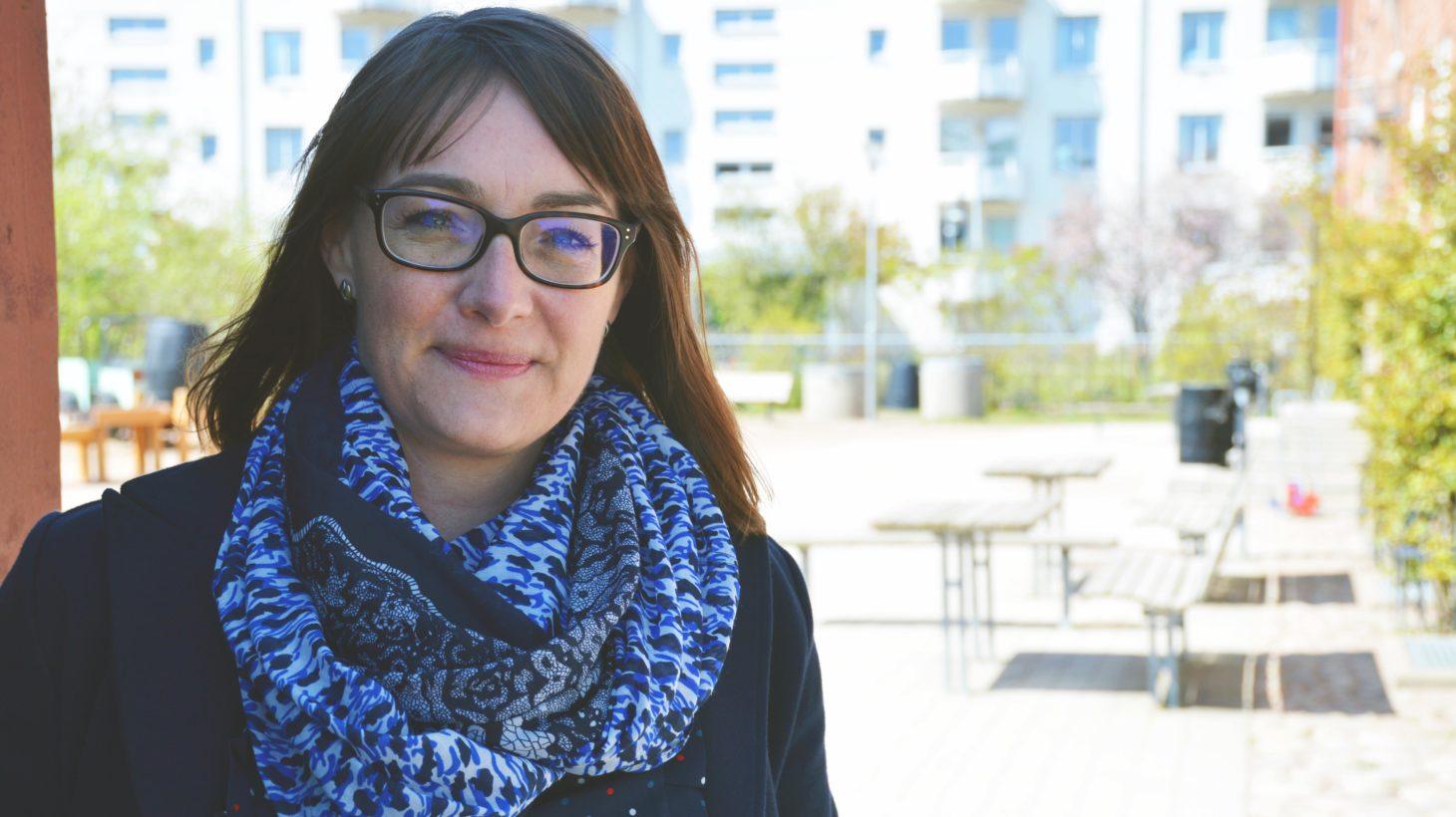 Kvinna står på skolgård på Skolan på Ön.