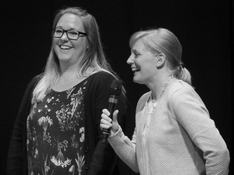Lärarna Christina Steijner och Jenny Pedersen pratar i mikrofon.