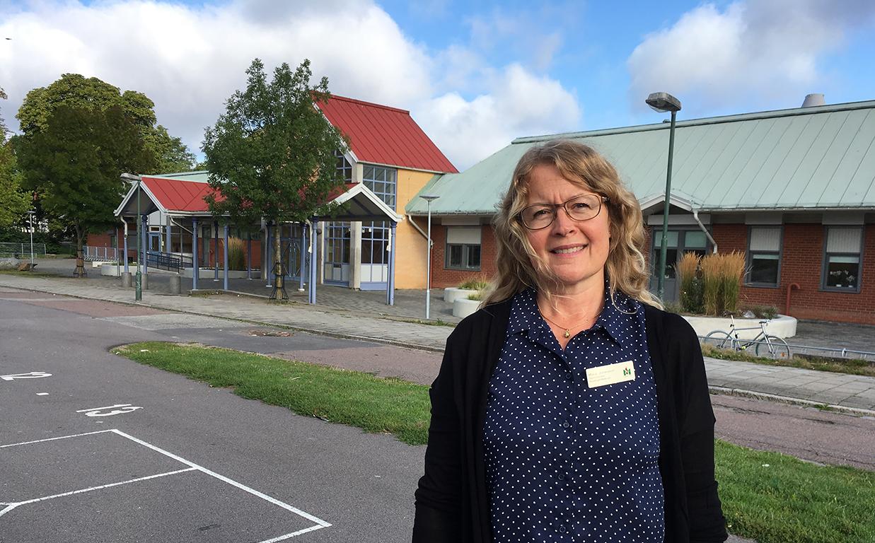Maria Johansson framför Rosengårdsskolan.