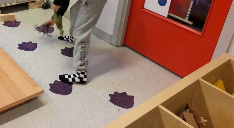 Dinosauriesteg på golvet.