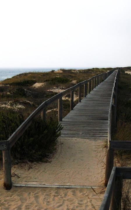 Bro över sandmark.