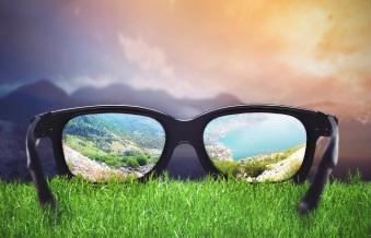 Glasögon ligger i gräs.