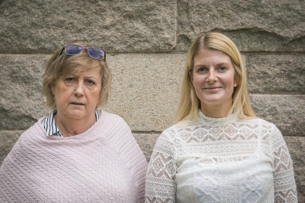 Eva Henriksson Garatea och Emma Wiking framför S:t Petri skola.