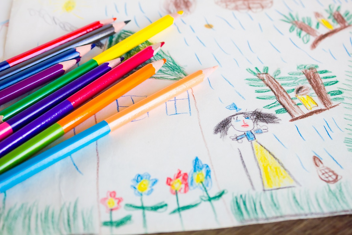 Pennor ligger på barnens teckningar.