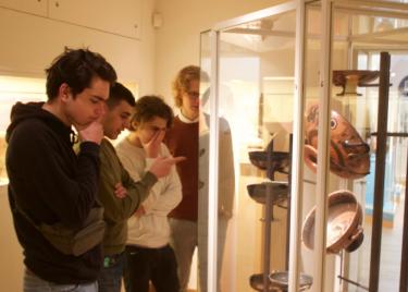 Elever tittar in i vitrinskåp.